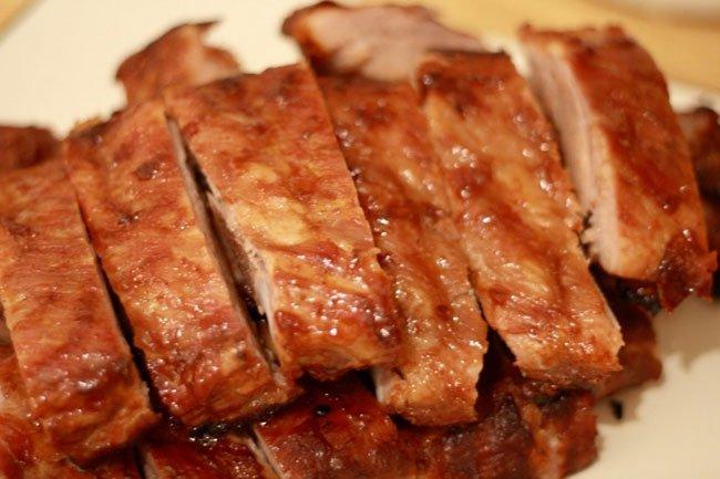Как приготовить мясо в духовке в рукаве на луковой подушке