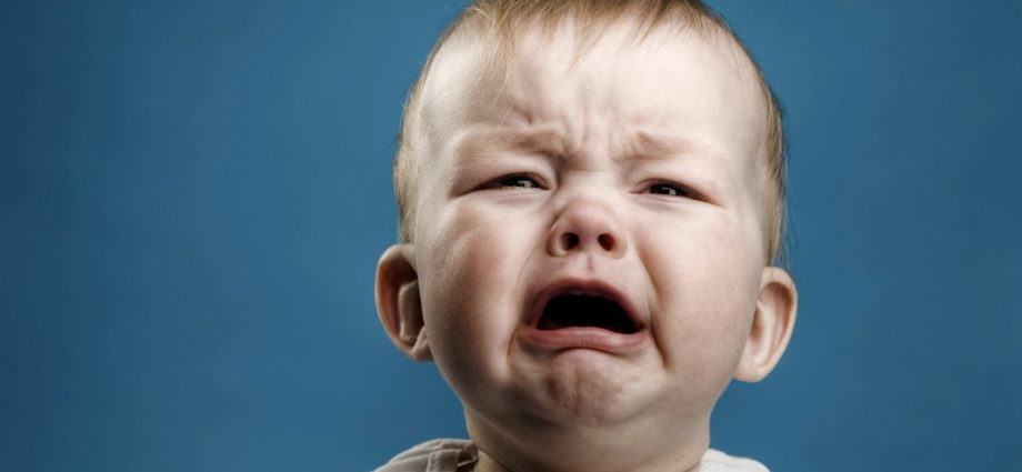 Почему новорожденный малыш постоянно плачет